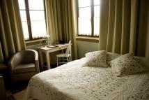 pokój z łożem małżeńskim